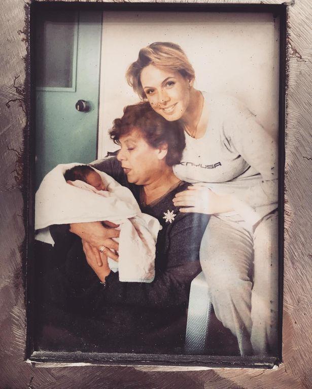 Υπέροχη φωτογραφία. Η Εβελίνα Παπούλια, η μητέρα της και η κόρη της, που μόλις είχε γεννηθεί