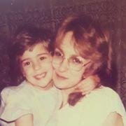 Η Νατάσα Μποφίλιου μικρό κοριτσάκι στην αγκαλιά της μαμάς της