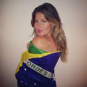 Η Gisele τυλιγμένη με τη σημαία της πατρίδας της, τη Βραζιλία