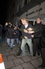 Το 2004 ενεπλάκη σε έναν δημόσιο τσακωμό με τους παπαράτσι. Μάλιστα, πιάστηκαν στα χέρια και τους χώρισαν οι ψυχραιμότεροι. Οι φωτογραφίες έκαναν το γύρο του κόσμου, αλλά όλοι τον δικαιολόγησαν, αφού μετά τον θάνατο της μητέρας του, ο πρίγκιπας Harry δεν θέλει να βλέπει παπαράτσι