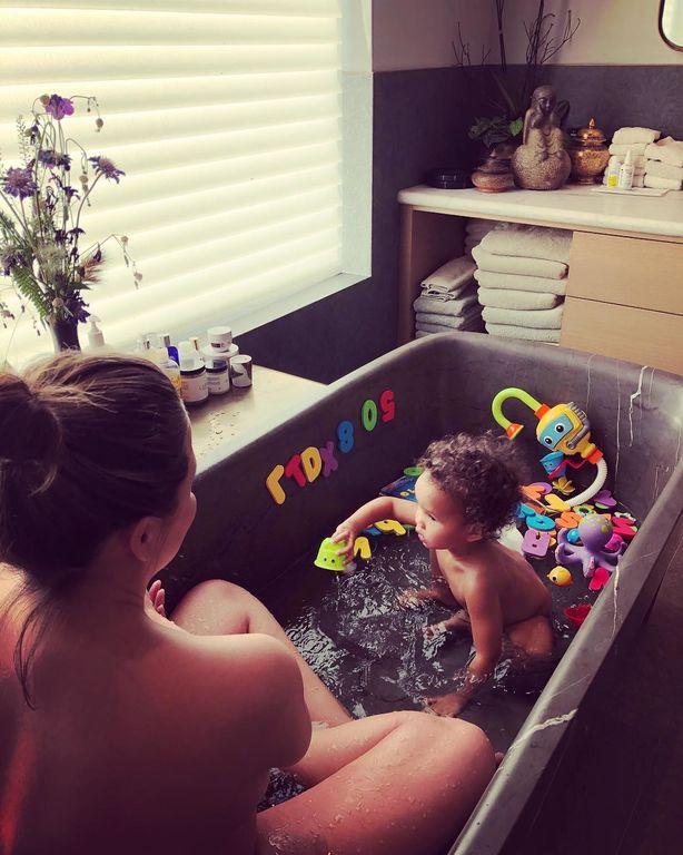 Η Chrissy Teigen μάς δείχνει για πρώτη φορά το νεογέννητο γιο της