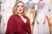 "Adele Η διάσημη τραγουδίστρια αποκάλυψε ότι λίγους μήνες μετά τη γέννηση του γιού της ένιωθε ότι είχε πάρει την χειρότερη απόφαση της ζωής της. ""Ενώ ήξερα ότι τα συμπτώματα της κατάθλιψης θέλουν τη μαμά να απομακρύνεται απο το παιδί της, εγώ ήμουν προσκολλημένη πάνω του""."