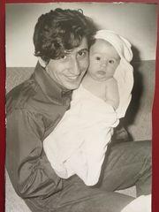 Sunny Μπαλτζή: Το συγκινητικό «αντίο» στον παππού της κόρη της, Χάρρυ Κλυνν
