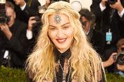 Madonna Κάκιστες είναι και οι σχέσεις της «Βασίλισσας της Ποπ» με τον αδελφό της, ο οποίος στις αρχές της καριέρας της ήταν το δεξί της χέρι. Μάλιστα, εκείνος έγραψε κι ένα βιβλίο πως είναι η ζωή με την αδελφή του, όπου την «έθαβε» κανονικά, κόβοντας κάθε επαφή και με τη βούλα!