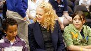 Nicole Kidman - Bella & Connor Αν και αυτό το διάστημα προσπαθεί να έρθει κοντά τους, η διάσημη ηθοποιός μετά το διαζύγιο της με τον Tom Cruise έχασε την επαφή με τα δύο υιοθετημένα παιδιά τους. Εκείνα πήγαν με το μέρος του ηθοποιού, ενώ ασπάστηκαν την Σαϊεντολογία, γεγονός που βρήκε αντίθετη θετή τους μητέρα. Ο ερχομός των δύο βιολογικών της παιδιών, από το γάμο της με τον Keith Urban δυσκόλεψε κι άλλο τη σχέση τους.