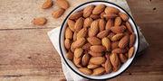 Αμύγδαλα: Έρευνες έχουν δείξει, ότι από 20 μέχρι 40 γραμμάρια αμύγδαλα την ημέρα βελτιώνουν τα επίπεδα της χοληστερόλης στους ασθενείς με διαβήτη 2, μειώνοντας τον κίνδυνο παχυσαρκίας