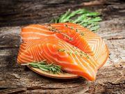 Σολομός: Όπως όλα τα λιπαρά ψάρια αποτελεί μια σημαντική πηγή υγιών λιπαρών, τα οποία αποδεδειγμένα βοηθούν στην απώλεια βάρους
