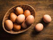 Αυγά Είναι η καλύτερη πηγή θρεπτικών ουσιών και πρωτεϊνών. Μάλιστα, στις αρχές της εγκυμοσύνης τα αυγά λόγω των πρωτεϊνών, βοηθούν στη σταθεροποίηση του σακχάρου στο αίμα, ενώ περιορίζουν τις πρωινές ναυτίες