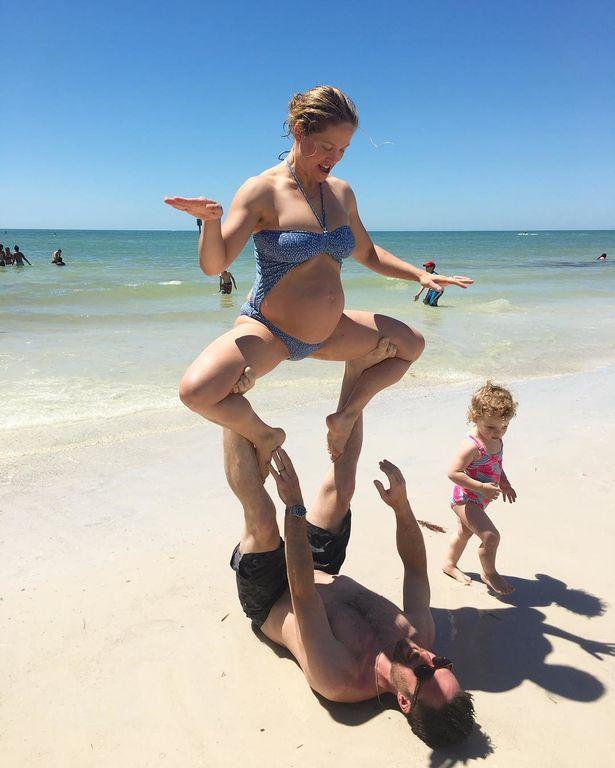 Διάσημη μαμά κάνει yoga στη θάλασσα σε προχωρημένη εγκυμοσύνη