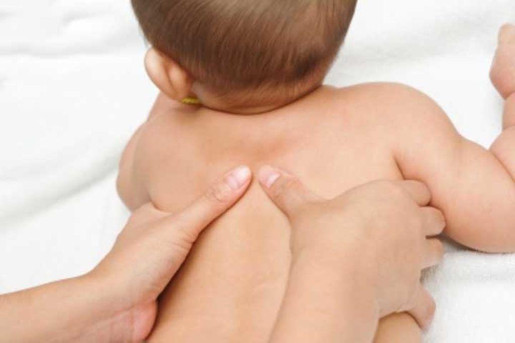 Φροντίδα μωρού: Απλές τεχνικές για βρεφικό μασάζ στην πλάτη