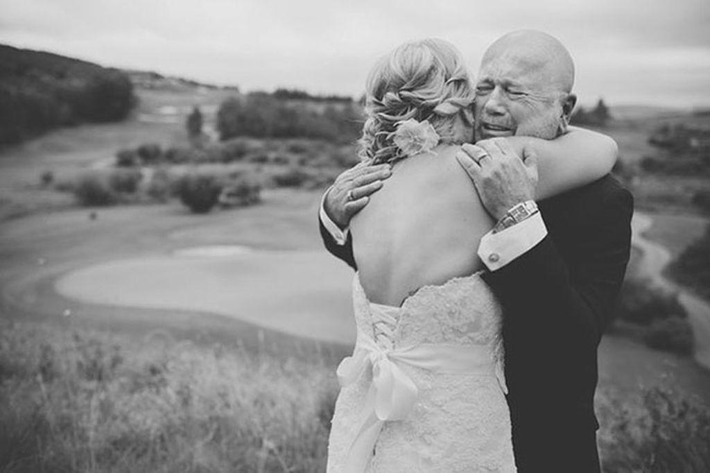 Μπαμπάδες βλέπουν τις κόρες τους ντυμένες νύφες και δεν μπορούν να κρύψουν τη συγκίνησή τους (pics)