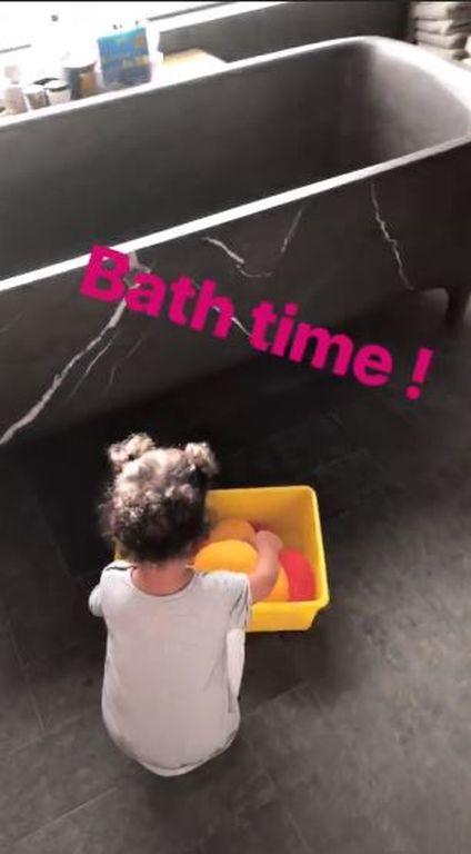 Η γνωστή μαμά παίζει στην μπανιέρα με την κόρη της και το Instagram λιώνει (vid)