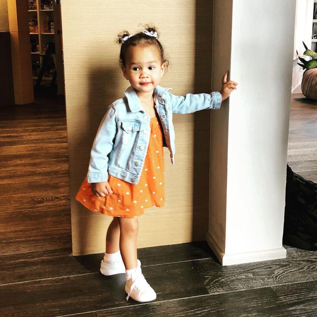 Η Chrissy Teigen μόλις μας αποκάλυψε την πιο γλυκιά συνήθεια της κόρης της