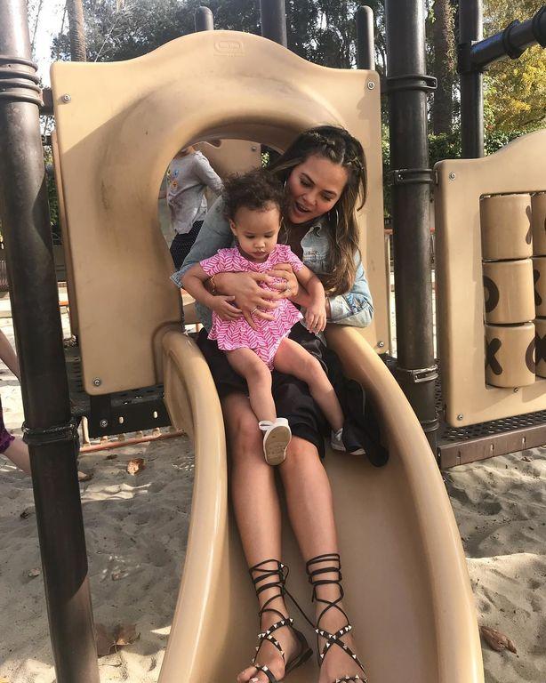 Chrissy Teigen: 9 στιγμές με τα παιδιά της που δείχνουν ότι διαφέρει από τις άλλες διάσημες μαμάδες