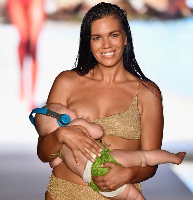 Μοντέλο κάνει πασαρέλα θηλάζοντας το μωρό της και αποθεώνεται (pics + video)