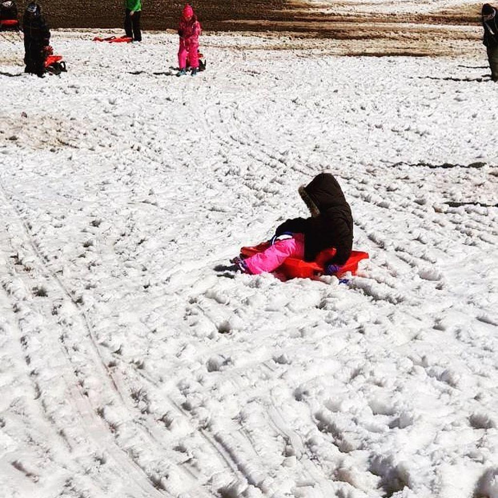 Η κόρη της Πέγκυς Τρικαλιώτη παίζει στη θάλασσα - Δείτε την τρυφερή φωτογραφία