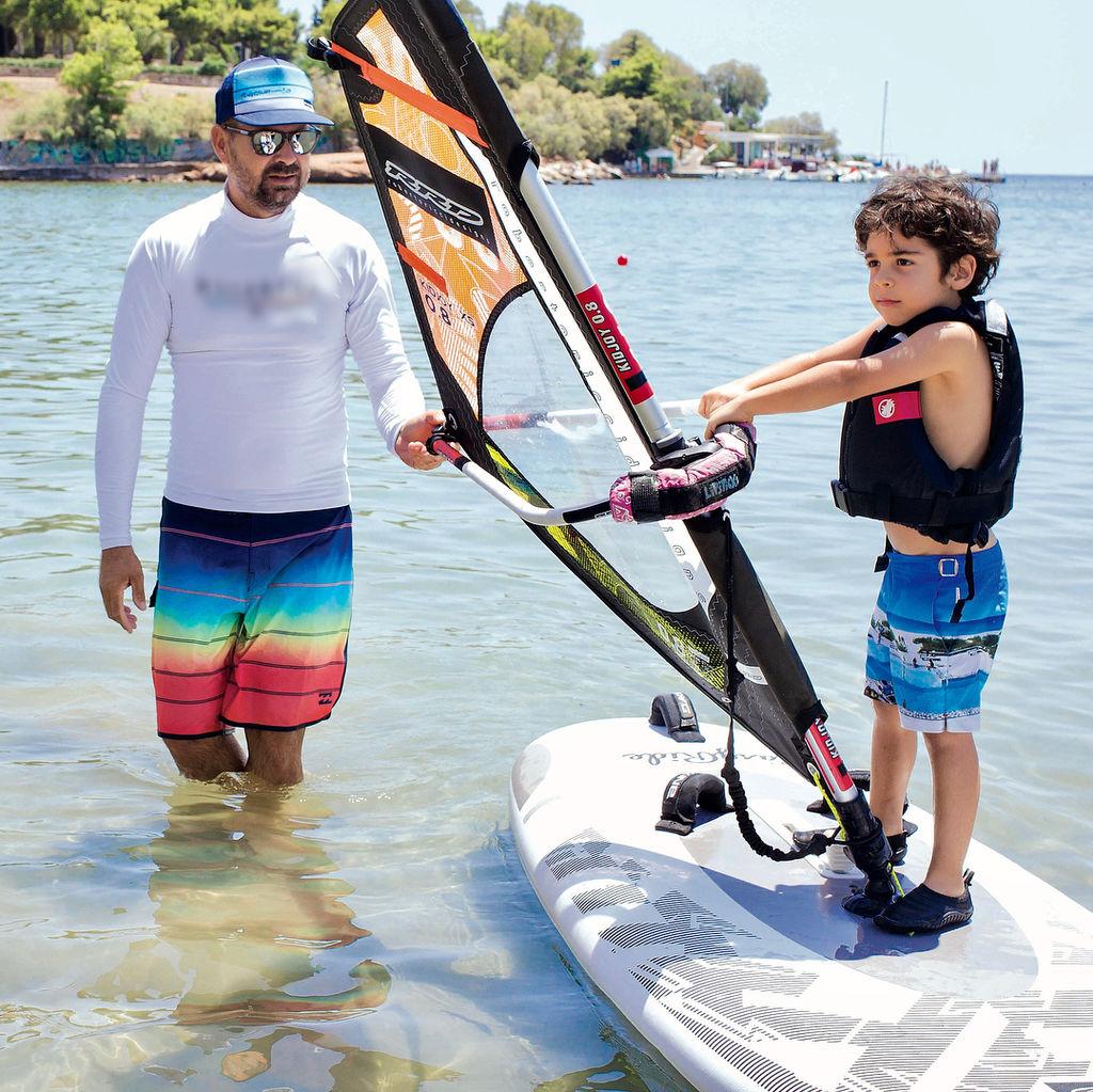 Ο 4χρονος γιος της Ελληνίδας τραγουδίστριας κάνει windsurf (pics)