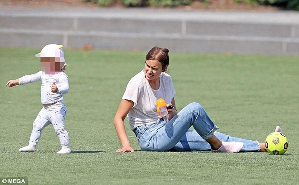 Παίζει στο πάρκο με την κόρη της και το απολαμβάνει (pics)