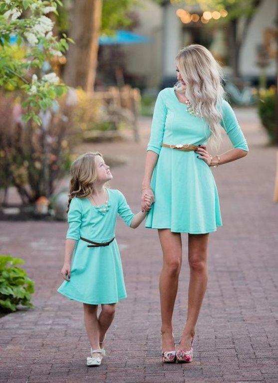Όταν μαμά και κόρη ταιριάζουν τα ρούχα τους (pics)