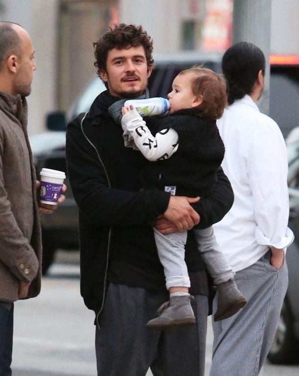 Ο Ορλάντο Μπλουμ με τον γιο του έχουν βγει για ψώνια