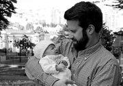 Είκοσι τρυφερές φωτογραφίες με μπαμπάδες που κρατούν αγκαλιά το μωρό τους (pics)