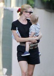 H πιο γλυκιά εικόνα: H Rosie Huntington δίνει ένα τρυφερό φιλί στο μωρό της (pics)