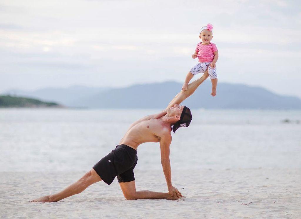 Γονείς και μπέμπα μας δείχνουν τις πιο εντυπωσιακές στάσεις yoga (pics)