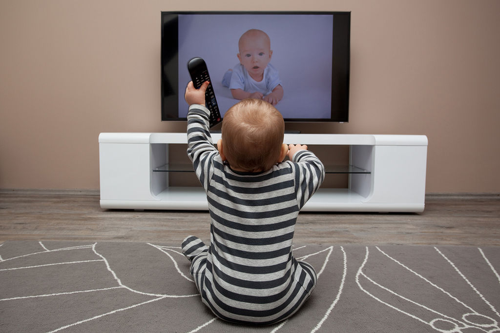 Η τηλεόραση είναι απαγορευτική κάτω από την ηλικία των τριών ετών. Σύμφωνα με τους ειδικούς στο ευαίσθητο αυτό στάδιο της ανάπτυξής των παιδιών οι θόρυβοι από τη μόνιμα ανοιχτή τηλεόραση μπορεί να έχει αρνητικές συνέπειες στο να διαμορφώσουν τις ικανότητες προσοχής και συγκέντρωσης.