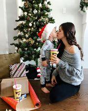 Γονείς φωτογραφίζουν τα πρώτα Χριστούγεννα με το μωρό τους (pics)