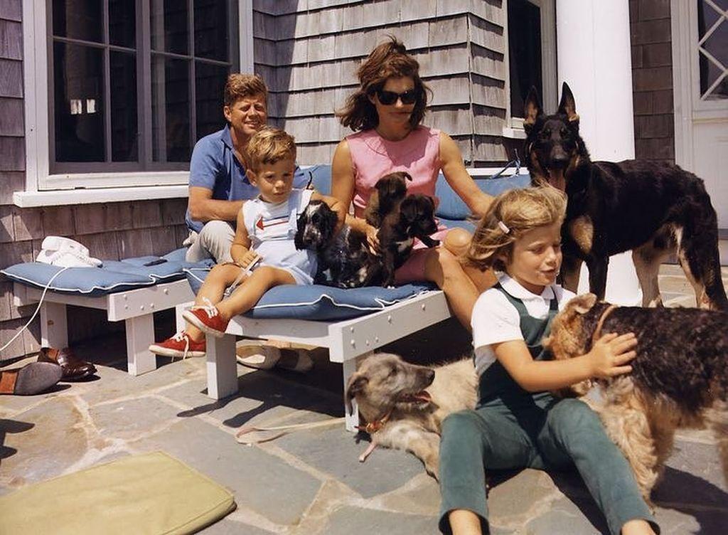 Η Jacqueline Lee Bouvier Kennedy Onassis γεννήθηκε 28 Ιουλίου 1929 στη Νέα Υόρκη και ήταν κόρη χρηματιστή. Έζησε μια πλούσια ζωή και πήρε καλή μόρφωση. Το 1953 παντρεύτηκε τον John F.  Kennedy και έγινε η Πρώτη Κυρία των ΗΠΑ. Απέκτησαν δύο παιδιά: την Caroline (1957) και τον John, Jr. (1960).  Έζησε την εμπειρία μιας αποβολής αλλά και τη γέννηση ενός ακόμη παιδιού το οποίο όμως πέθανε δυο μέρες μετά τη γέννησή του.