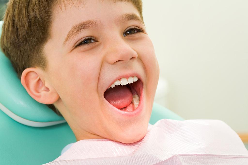 Σε ποια ηλικία θα πρέπει το παιδί να βάλει σιδεράκια αν τα δόντια του είναι στραβά;