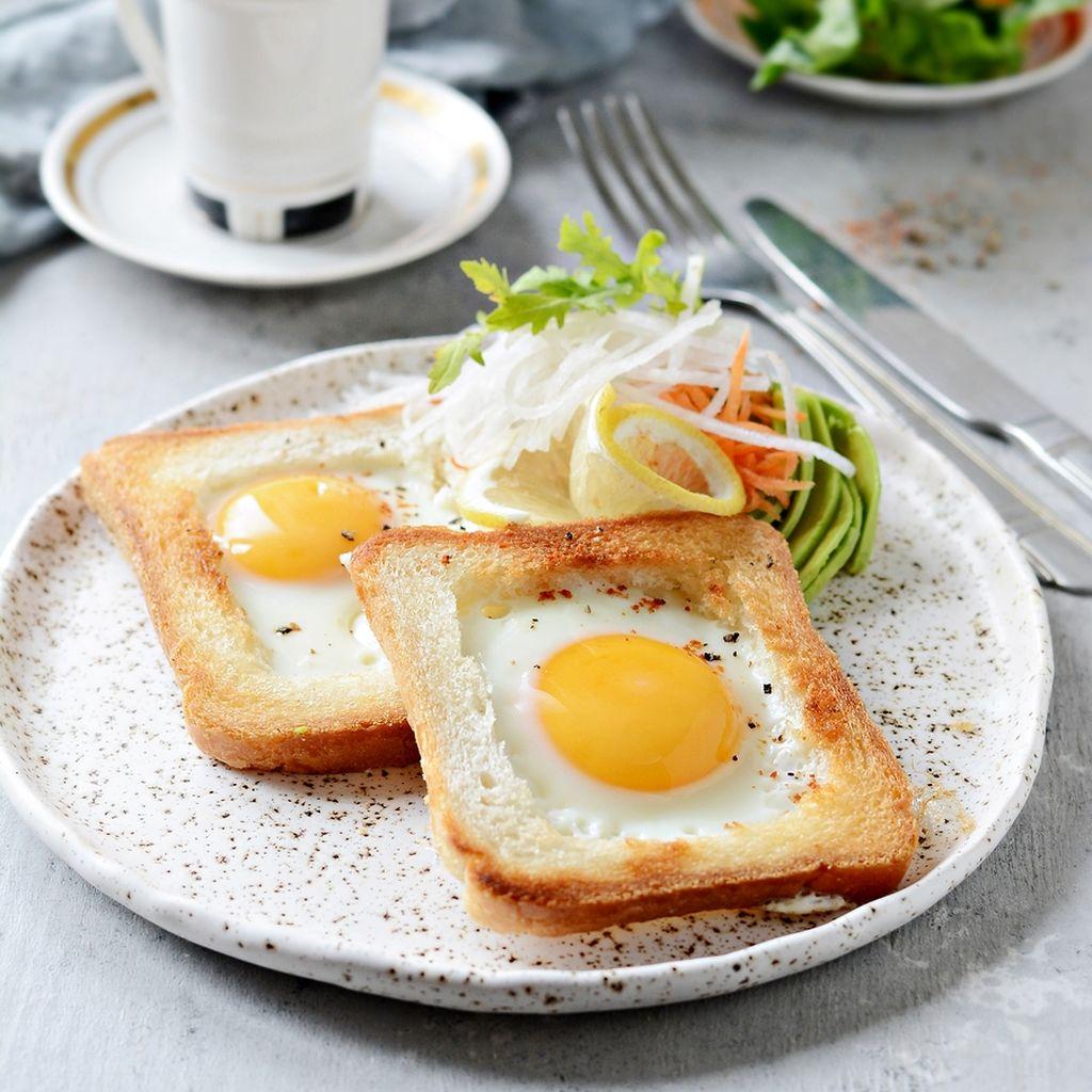 Αυγά σε πίτα για σουβλάκι  Υλικά: Λάδι - Ψιλοκομμένο κρεμμύδι, κόκκινες πιπεριές – Αυγά - Αλάτι και πιπέρι -Τυρί φέτα – Χούμους - Πίτα για σουβλάκι  Εκτέλεση: Σπάστε τα αυγά σε ένα μπολ και προσθέστε λίγο αλάτι και πιπέρι. Ανακατέψτε τα καλά.  Ζεστάνετε το λάδι σε ένα τηγάνι και σοτάρετε τα κρεμμύδια μέχρι να γίνουν ημιδιαφανή. Προσθέστε τις πιπεριές και συνεχίστε το σοτάρισμα για περίπου τρία έως τέσσερα λεπτά. Ρίξτε τα αυγά και ανακατέψτε καλά. Μαγειρέψτε για περίπου πέντε λεπτά ή μέχρι να μαγειρευτούν πλήρως τα αυγά. Αφαιρέστε από τη φωτιά και πασπαλίστε με τη φέτα. Πάρτε την πίτα και γεμίστε την με το χούμους και το μίγμα που ετοιμάσατε.
