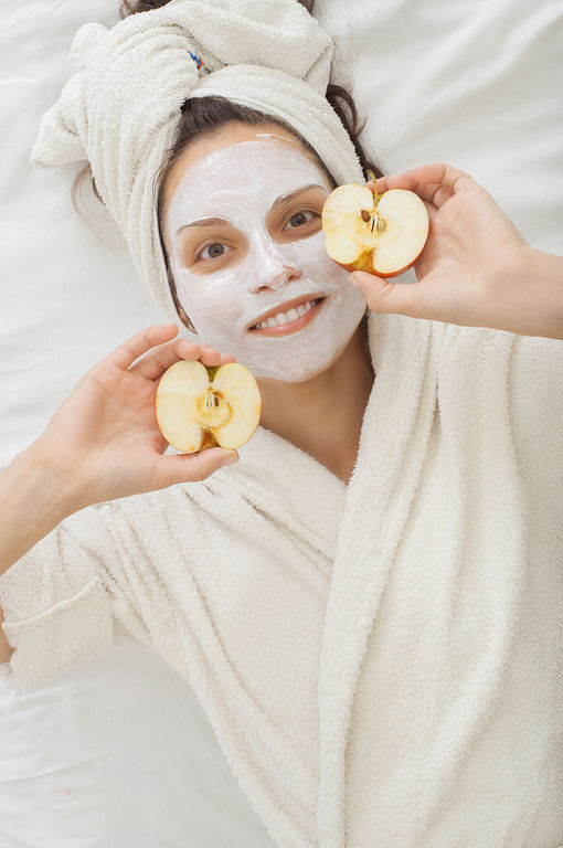 Μάσκα με μήλο και κανέλα για ευαίσθητα δέρματα Συνδυάστε ένα αποφλοιωμένο και τριμμένο μήλο με ½ κουταλιά της σούπας σαντιγί, 1 κουταλάκι του γλυκού μέλι, 1 κουταλιά της σούπας αλεύρι βρώμης και ένα ½ κουταλάκι κανέλας. Ανακατέψτε όλα τα συστατικά και αφήστε το μίγμα στο δέρμα σας για 10 λεπτά προτού ξεπλύνετε.