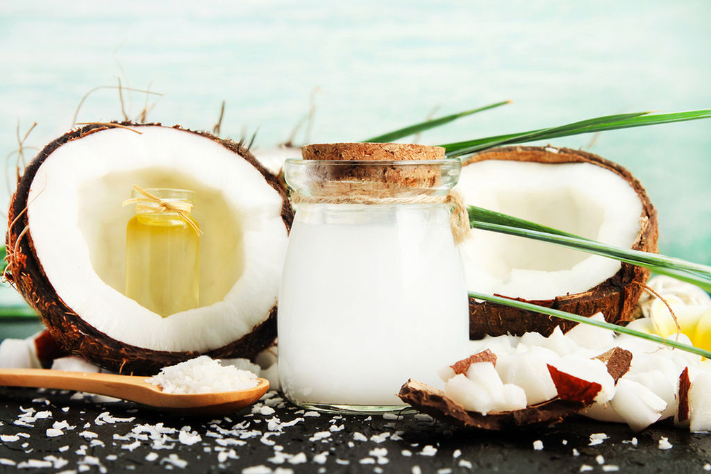 Μάσκα αναδόμησης με καρύδα και μέλι  ΥΛΙΚΑ 1 κουταλιά της σούπας λάδι καρύδας 1 κουταλιά της σούπας μέλι ΕΚΤΕΛΕΣΗ Αναμίξτε όλα τα συστατικά σε ένα μπολ.  Μεταφέρετε το μείγμα σε δοχείο και θερμάνετε μέχρι να λιώσει. Εφαρμόστε στα μαλλιά από πάνω προς τα κάτω και καλύψτε τα με ένα καπελάκι του ντους. Αφήστε τη μάσκα για 15-20 λεπτά. Ξεπλύνετε.