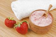 Μάσκα λάμψης με φράουλες, καρύδα και μέλι  ΥΛΙΚΑ 6-8 φρέσκες φράουλες 1 κουταλιά της σούπας λάδι καρύδας 1 κουταλιά της σούπας μέλι ΕΚΤΕΛΕΣΗ Ανακατέψτε όλα τα συστατικά για να σχηματίσουν ένα μίγμα.  Εφαρμόστε ομοιόμορφα σε υγρά μαλλιά. Αφήστε το να καθίσει για 5-10 λεπτά. Ξεπλύνετε καλά με ζεστό νερό.