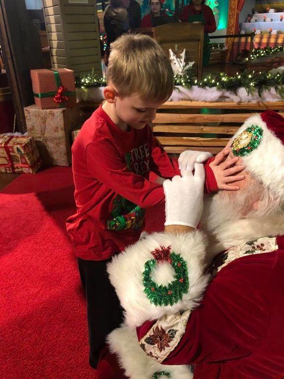 Μοναδική στιγμή: 6χρονο τυφλό αγόρι «βλέπει» τον Άγιο Βασίλη για πρώτη φορά (pics)