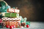Δώρα Το έθιμο των χριστουγεννιάτικων δώρων ξεκίνησε στην αρχαία Ρώμη. Τα τοποθετούσαν κάτω από δέντρα, προς τιμήν του θεού Ήλιου. Στη συνέχεια, βλέπουμε τα δώρα που έφεραν οι τρεις Μάγοι στον Χριστό όταν γεννήθηκε. Τα δώρα λοιπόν συμβολίζουν τη γενναιοδωρία και την αγάπη.