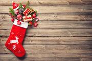 Χριστουγεννιάτικη κάλτσα Υπήρχε κάποτε ένας κύριος που η γυναίκα του είχε πεθάνει από βαριά αρρώστια και τον είχε αφήσει με τρεις κόρες να μεγαλώσει. Όταν ήρθε ο καιρός να παντρευτούν ο πατέρας έπεσε σε κατάθλιψη αφού δεν διέθετε την απαραίτητη προίκα. Μία νύχτα ο Άγιος Βασίλης, ο οποίος τύχαινε να γνωρίζει την απελπιστική κατάσταση στην οποία είχε περιέλθει ο πατέρας, σταμάτησε στο σπίτι του. Κοίταξε μέσα από το παράθυρο και είδε ότι όλα τα μέλη της οικογένειας είχαν πάει για ύπνο. Αμέσως παρατήρησε τις κάλτσες των κοριτσιών που κρέμονταν στο τζάκι. Και τότε του ήρθε η έμπνευση να πάρει από το πουγκί του τρία μικρότερα πουγκιά με χρυσό, και να τα πετάξει με προσοχή από την καμινάδα έτσι ώστε να πέσουν μέσα στις κάλτσες. Έτσι και έγινε… Τις κρεμάμε από το δέντρο ή το τζάκι για να τις γεμίσει ο Αη Βασίλης με παιχνίδια, καραμέλες και νομίσματα.
