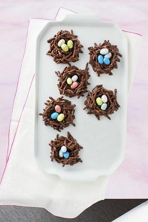Σοκολατένιες πασχαλινές φωλιές Υλικά - 250 γρμ. Κουβερτούρα, 2 κούπες δημητριακά της επιλογής σας, αυγουλάκια σοκολατένια για τη διακόσμηση Εκτέλεση - Λιώστε την κουβερτούρα και ανακατέψτε τη με τα δημητριακά. Αφού πάει παντού η σοκολάτα, φτιάξτε φωλίτσες με ένα κουτάλι σε μια λαδόκολλα και βάλτε μέσα 2-3 αυγουλάκια. Παγώστε στο ψυγείο και έτοιμα.