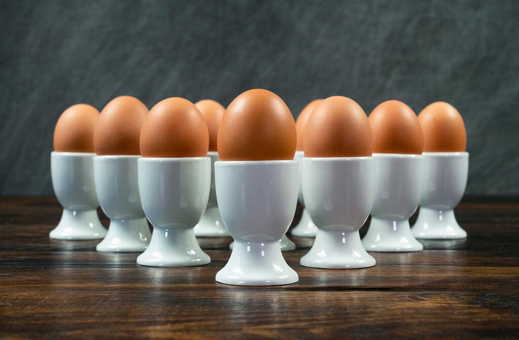 Αυγά Τα αυγά είναι μια πλούσια πηγή πρωτεΐνης και επίσης περιέχουν καλές ποσότητες χολίνης. ένα θρεπτικό συστατικό που είναι απαραίτητο για τη σωστή λειτουργία και ανάπτυξη του εγκεφάλου