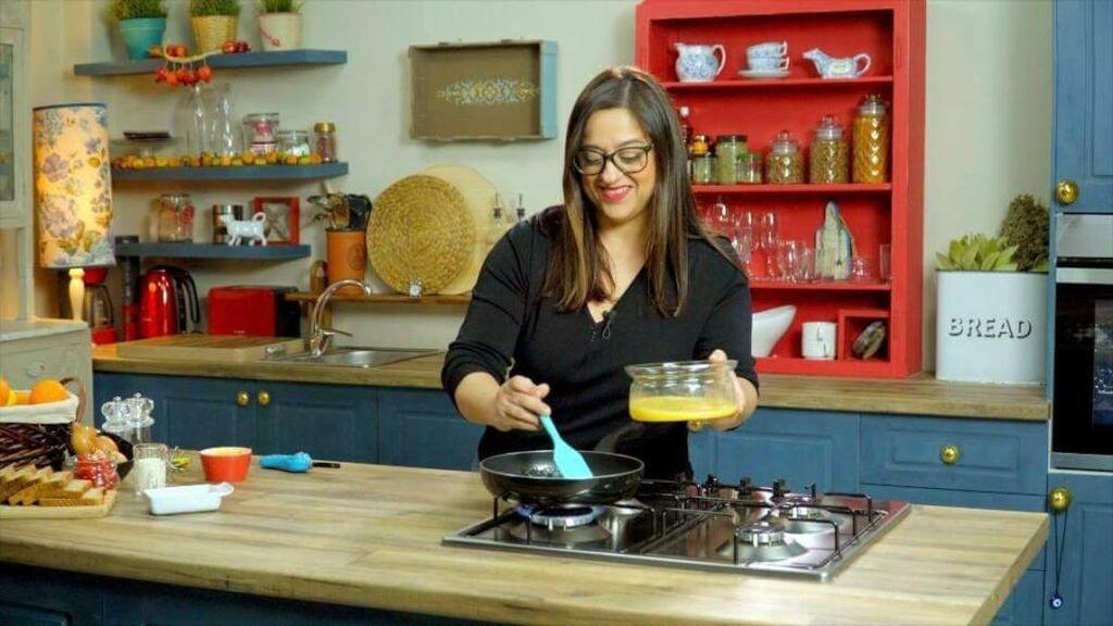 Σ΄ένα  βαθύ μπολ σπάω τα αυγά και τους προσθέτω  αλάτι και πιπέρι. Σ' ένα ζεστό αντικολλητικό τηγάνι προσθέτω το βούτυρο και το αφήνω να λιώσει.     Προσοχή: το βούτυρο δεν πρέπει να μαυρίσει