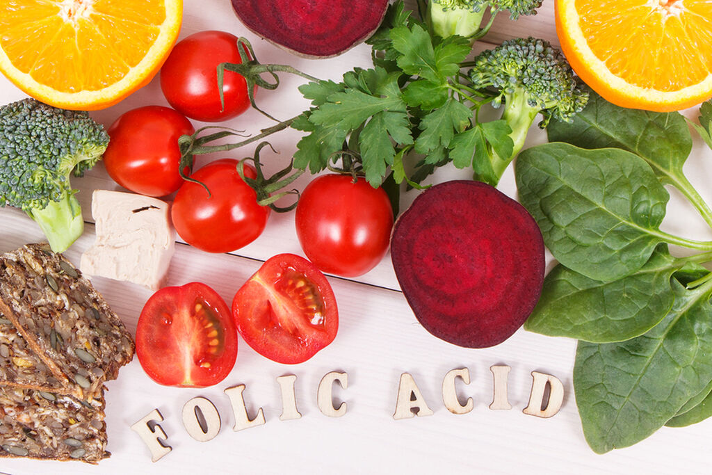 Φολικό οξύ - Είναι απαραίτητο για την πρόληψη ελαττωμάτων του νευρικού σωλήνα στο μωρό και επίσης βοηθά στον σχηματισμό αίματος. Τα τρόφιμα που το περιλαμβάνουν: Πράσινα φυλλώδη λαχανικά, Αβοκάντο, Όσπρια, Φακές, Χυμός πορτοκάλι, Φασόλια, Σιτηρά.
