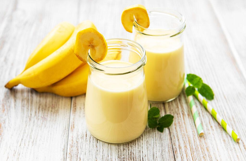 1η συνταγή:  Υλικά 250ml άπαχο γάλα 1 μπάλα βανίλια παγωτό 2 μπανάνες ψιλοκομμένες 50ml κρέμα γάλακτος (σε σαντιγί) λίγη κανέλα