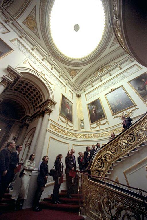 Η μεγάλη σκάλα - Ένα από τα πρώτα πράγματα που βλέπουν οι επισκέπτες όταν εισέρχονται στο Παλάτι είναι η Μεγάλη Σκάλα, η οποία οδηγεί προς τα State Rooms στον επάνω όροφο. Το κόκκινο χαλί και τα ιστορικά πορτρέτα των μελών της βασιλικής οικογένειας στους τοίχους δεσπόζουν στον χώρο.