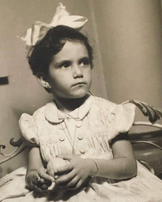 Είναι η Άλκηστις Πρωτοψάλτη. Το πραγματικό της όνομα είναι Άλκηστις Σεβαστή Αττικιουζέλ και γεννήθηκε στην Αλεξάνδρεια της Αιγύπτου το 1954.