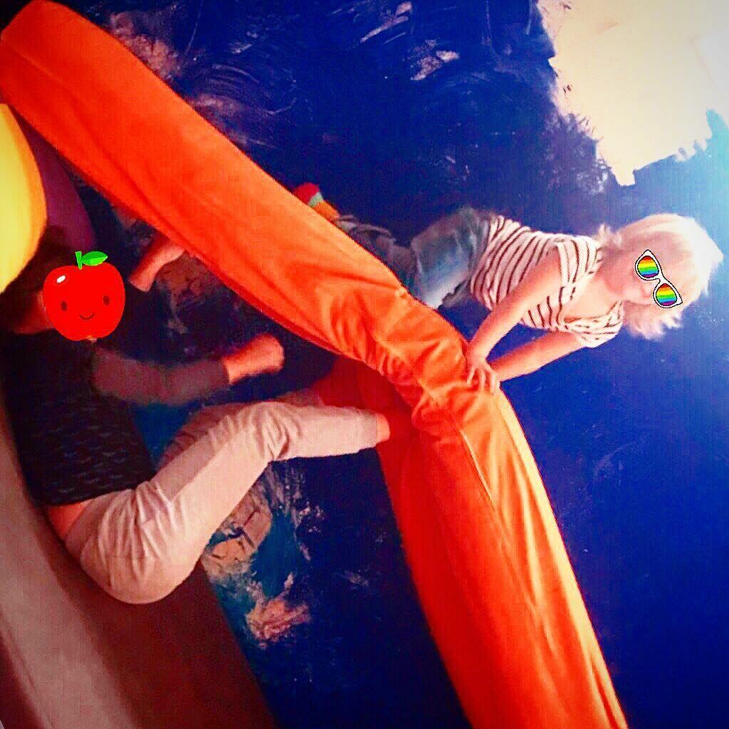 Κατερίνα Καραβάτου: Ο κατάξανθος και κούκλος μικρός Αριώνας παίζει με την αδερφή του (pics)