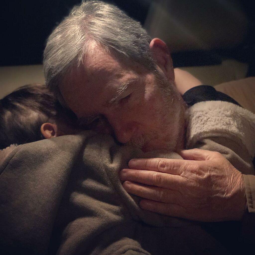 Π. Τρικαλιώτη: Η αγκαλιά του πατέρα της στην κόρη της μας έκανε να θέλουμε τον δικό μας παππού (pic)