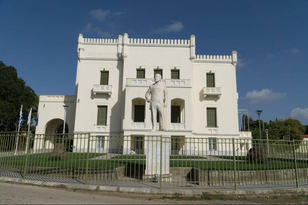 Τον Πύργο Ανδρέα Συγγρού, ένα αρχιτεκτόνημα του Ερνέστου Τσίλλερ. Κατασκευάστηκε από τον Ανδρέα Συγγρό ως εξοχική έπαυλη και χρονολογείται τον 19ο αιώνα. Εντός του Πύργου Συγγρού βρίσκεται το μουσείο μελισσοκομίας. Ένα σπάνιο ειδικού περιεχομένου μουσείο που περιλαμβάνει τις πιο σπάνιες και παλιές κυψέλες από όλα τα μέρη της Ελλάδας. Είναι το μοναδικό στην χώρα μας. Ακόμη μπορεί κάποιος να ρίξει μια ματιά στην Γεωργική Βιβλιοθήκη Ε.Γ.Ε.-Ι.Γ.Ε.