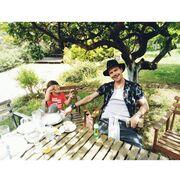 Ο Ιωάννης Παπαζήσης και ο μικρός Ιάσωνας ποζάρουν στον φωτογραφικό φακό δύο εβδομάδες πριν.