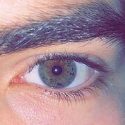 Ο Άγγελος έχει αυτή τη φωτογραφία στο προφίλ του, δείχνοντάς μας υπέροχο χρώμα των ματιών του.